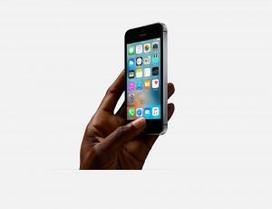 Apple iPhone SE in der Hand
