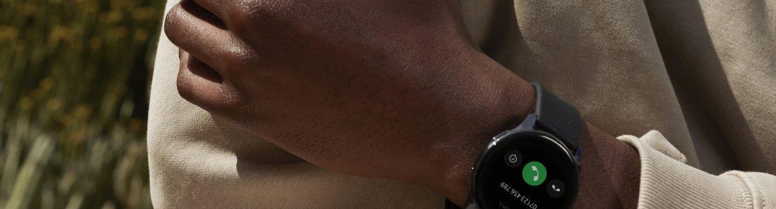 Das OnePlus 9 Smartphone in Winter Mist mit der OnePlus Watch